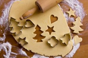 Plätzchen für Weihnachten werden gebacken